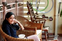 Kobieta siedząca na tarasie