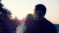 Para podziwiająca zachód słońca